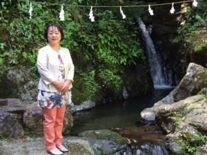 速川神社滝壺の前5月14日