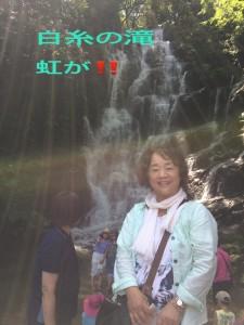 滝のしぶきが虹となる